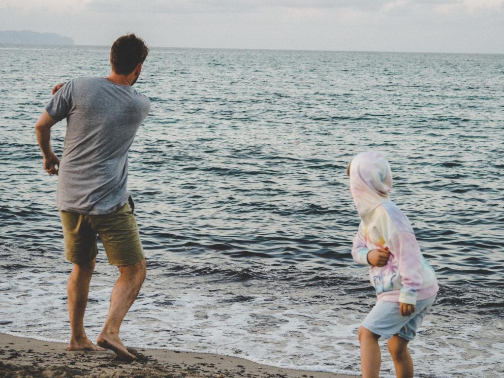 Steine flitschen am Strand
